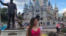 Na Disney, Geisy Arruda posa de vestido rosa e dispara: 'Humilhados serão exaltados'