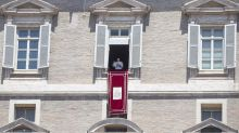 """Papa Francisco fala em """"prazer"""" e é aplaudido pelos fiéis ao voltar a rezar na praça após quase três meses"""
