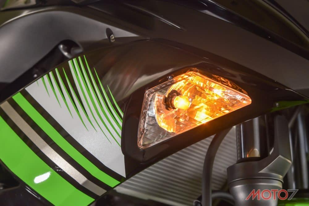 方向燈鑲嵌於整流罩內,讓車身更顯俐落。