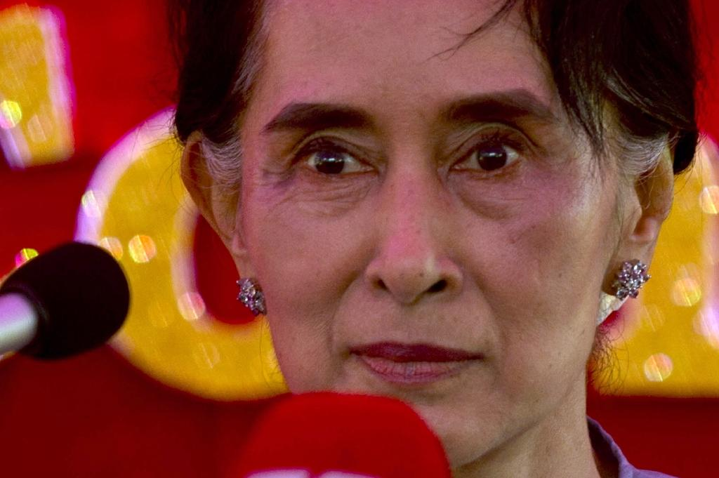 Myanmar opposition leader Aung San Suu Kyi speaks at a press conference in Yangon, on November 5, 2015 (AFP Photo/Romeo Gacad)