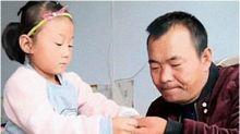Garotinha de 7 anos cuida sozinha do pai paraplégico após mãe o abandonar
