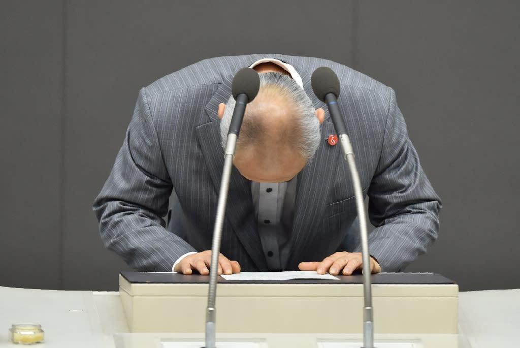 Tokyo governor Yoichi Masuzoe bows his head before his resignation speech at the end of a Tokyo Metropolitan Assembly session on June 15, 2016 (AFP Photo/Kazuhiro Nogi)