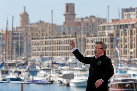 El izquierdista Melenchon desafía a los principales aspirantes en Francia