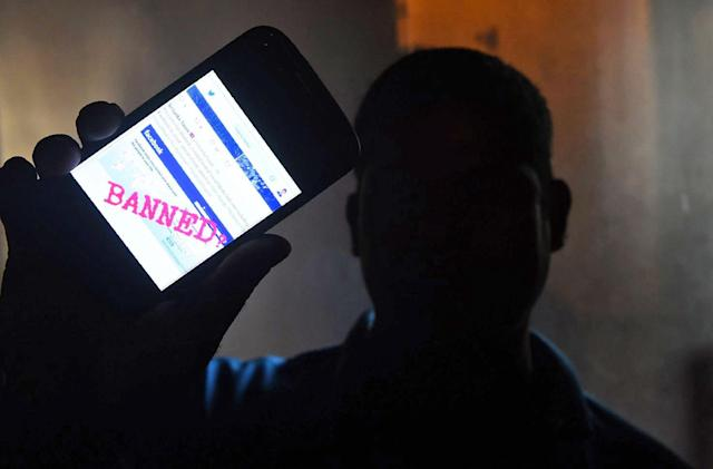 Sri Lanka cuts off access to social networks to curb violence (updated)