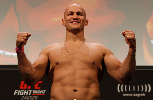 Will former UFC heavyweight champ Junior Dos Santos win back the title on Saturday? (Getty)