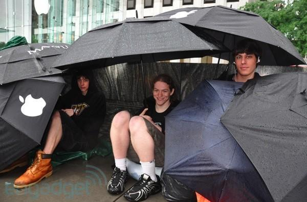 iPhone 3G S line begins in NY, weather be damned