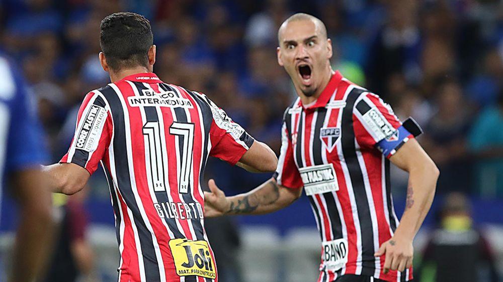 Diretor do São Paulo quer cinco reforços, e três zagueiros podem sair