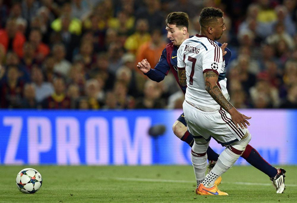 Taxi per Boateng! Gli F2 Freestylers ricreano il classico goal di Messi