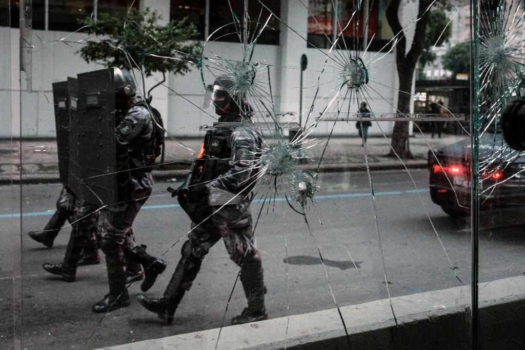 A crowd attempted to march to the private residence of Brazilian President Michel Temer and clashed with police, who fired rubber bullets and stun grenades (AFP Photo/YASUYOSHI CHIBA)