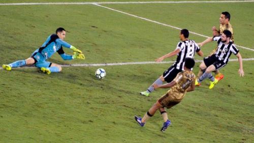 No dia do goleiro, Gatito pega pênalti e volta a ser decisivo para o Botafogo