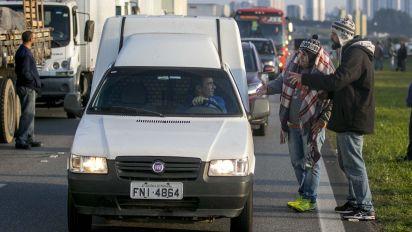 Caminhoneira coordena grupos de motoristas no WhatsApp e incentiva participação em greve