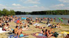 Berlin-Tegel: Trotz Corona: Strand am Flughafensee überfüllt