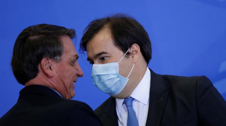 Maia ameaça dar aval para impeachment de Bolsonaro