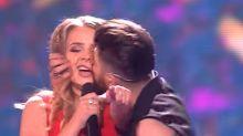 ¿Cobra en directo? El beso más incómodo de Eurovisión