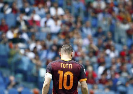El italiano Francesco Totti durante un partido por la Roma, en Roma, Italia.