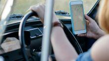 Arrivano le maxi multe per chi usa lo smartphone alla guida