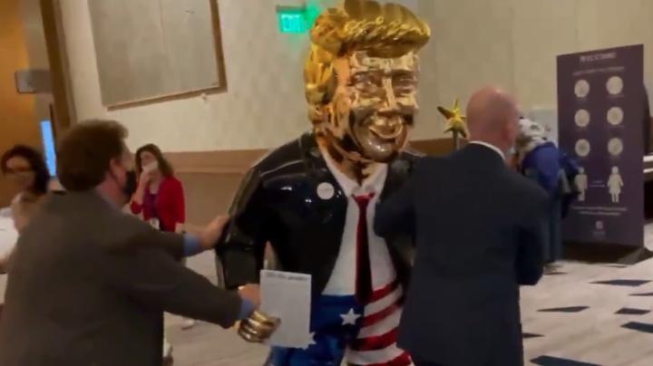 Entre el ridículo y la idolatría: una dorada estatua de Trump aparece en una gran convención conservadora en Orlando