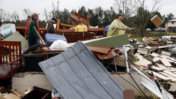 Spring storm that killed 3 moving to the Carolinas