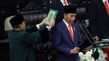 El presidente indonesio Widodo jura el cargo con un gran despliegue de seguridad