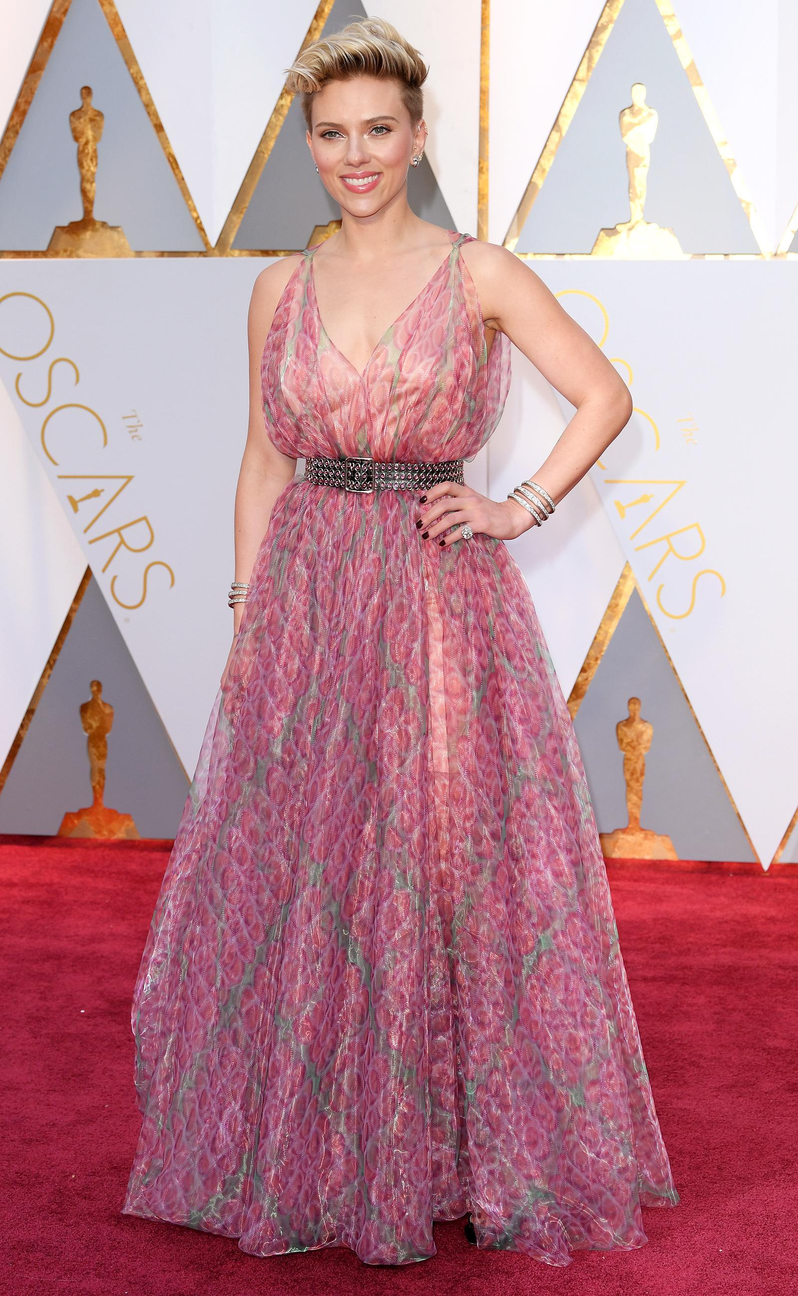 Oscars 2017 Scarlett Johansson Returns To The Red Carpet In Head Turning Style