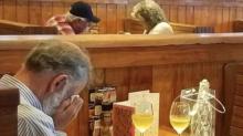 Triste San Valentín… lo captan cenando frente a las cenizas de su esposa