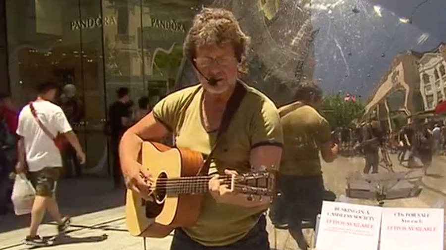 Buskers turning to EFTPOS to keep afloat in the new 'cashless society'