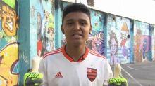 Atendido pelo ídolo Diego Alves, jovem é presenteado com luvas e chuteira: 'Torcendo muito por você'