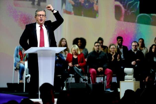 """Présidentielle: Mélenchon s'en prend aux sondages en clamant que """"non, le pays n'est pas à droite"""""""