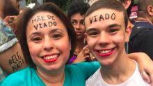 """Mãe e filho escrevem nas testas """"mãe de viado"""" e """"viado"""" e viralizam na internet"""