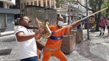 Saxofonista que viralizou ao lado de gari no Rio comemora: 'Djavan me notou'