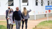 Governador do DF descumpre próprio decreto ao vistoriar clínica de saúde sem máscara