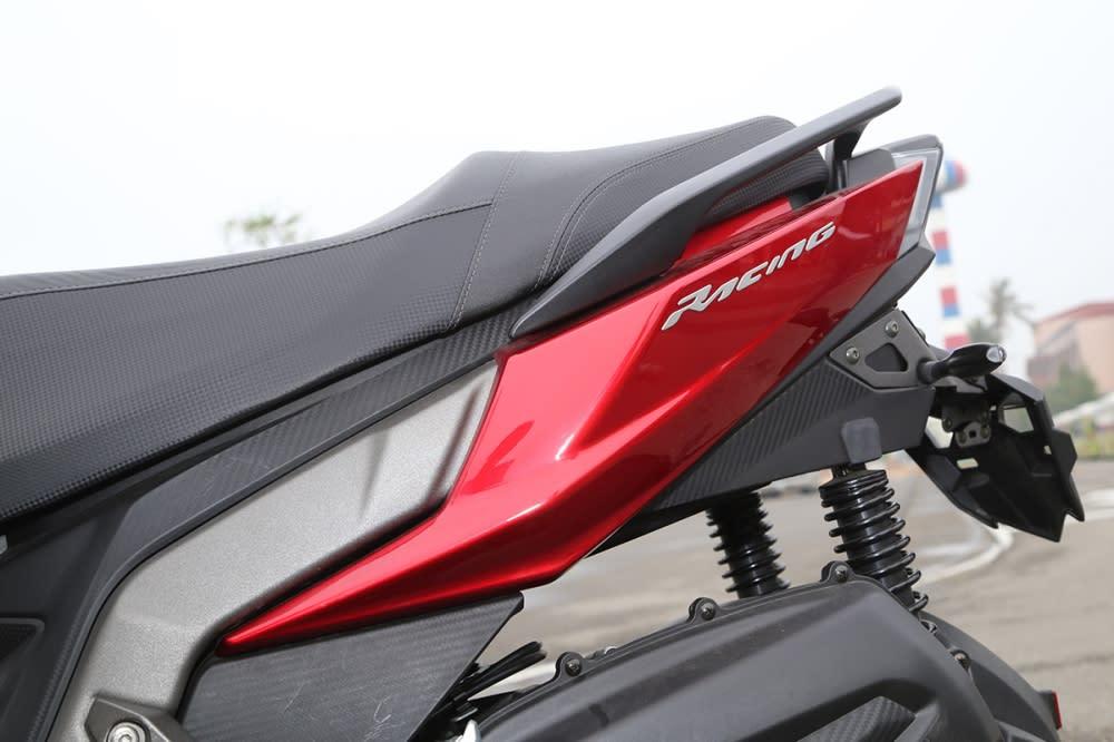透過車側折線帶出Racing S 150 的速度感。
