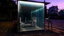 Öffentliche Toiletten mit durchsichtigen Glaswänden in Tokio installiert