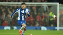 Agentes de Alex Telles estão na Inglaterra para negociar com o Manchester United, diz jornal