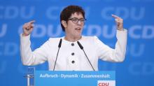 Kritik an Erdogan: Kramp-Karrenbauer stellt Doppelpass-Regelung infrage