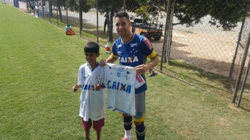 Garoto que pintou camisa à mão vai ao treino do Cruzeiro e é presenteado