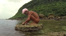 Homem que vivia isolado em ilha há 30 anos é retirado à força do local