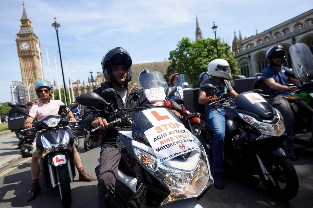 Delivery riders protest in London as the number of acid attacks continues to increase (AFP Photo/NIKLAS HALLE'N)