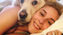 Dormir con perros en la cama te ayudaría a dormir mejor, si eres mujer