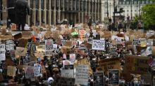 """Le risque de propagation du coronavirus est """"sans aucun doute"""" accru par les manifestations, estime Londres"""