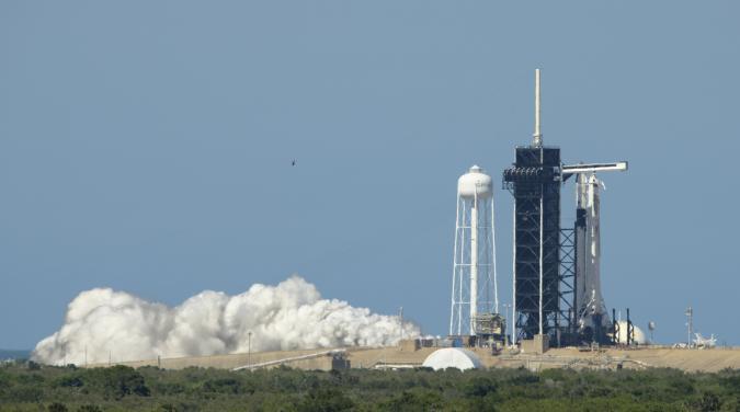 En esta foto proveída por la NASA, un cohete Falcon 9 de SpaceX con la cápsula  Crew Dragon a bordo es viso en la plataforma de lanzamientos durante una breve prueba el centro espacial Kennedy en Florida el viernes, 22 de mayo del 2020.  (Bill Ingalls/NASA vía AP)