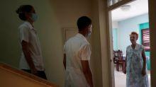 """""""Ejército de batas blancas"""" de Cuba ayuda en lucha contra el coronavirus en el mundo"""