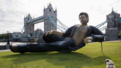Una estatua de Jeff Goldblum aparece en un parque de Londres
