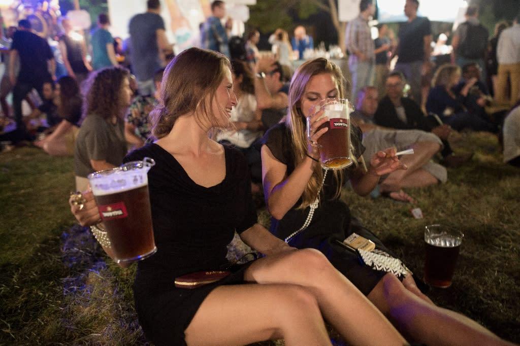 People drink beer during a beer festival in Jerusalem (AFP Photo/Menahem Kahana)