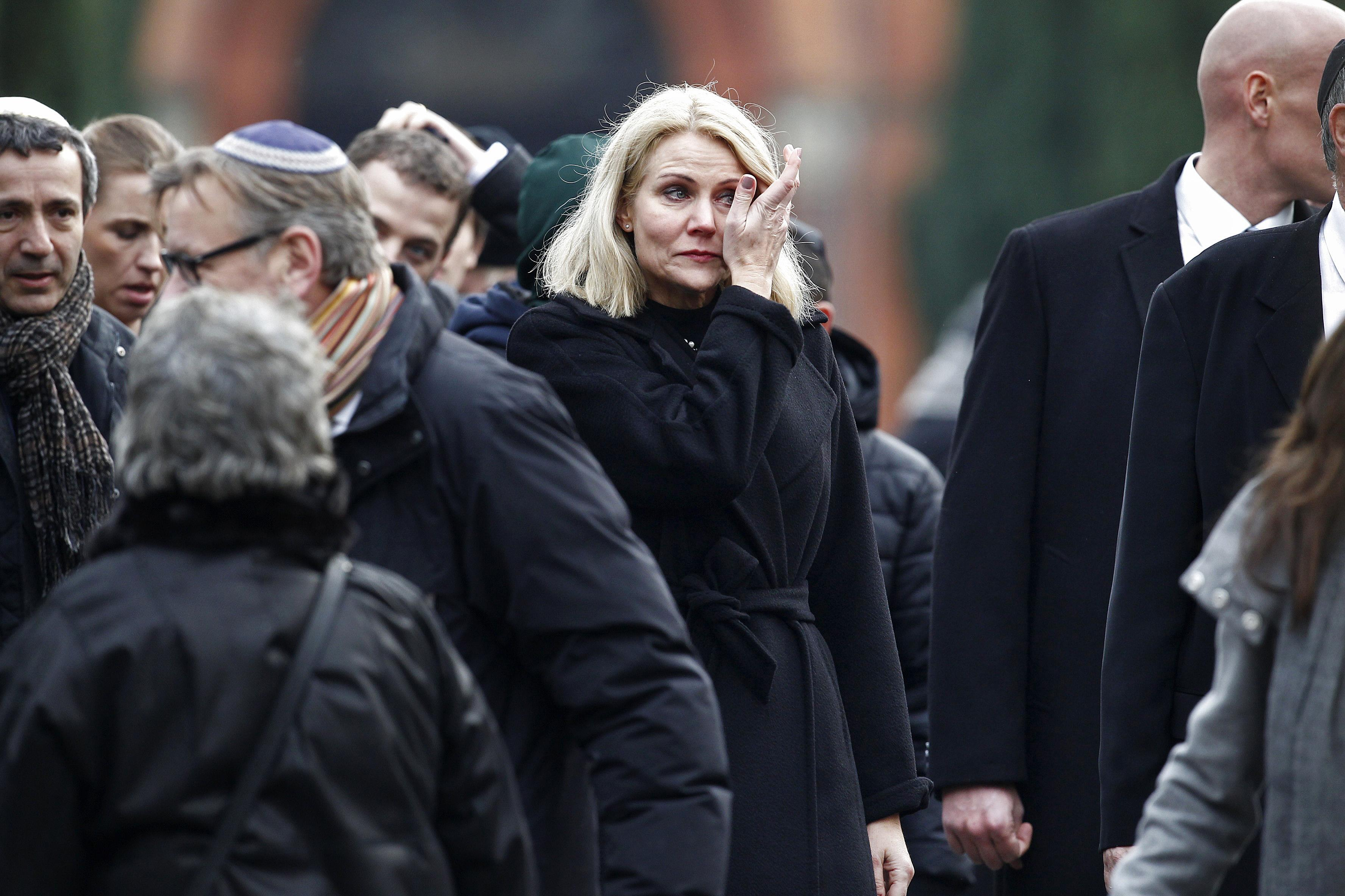 Danish Prime Minister Helle Thorning-Schmidt (C) attends the burial of Dan Uzan, a Jewish victim of the February 15, 2015 attacks, at the Vestre Kirkegaard cemetery in Copenhagen on February 18, 2015 (AFP Photo/Bax Lindhardt)