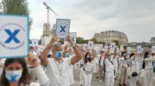 """""""On est sinistrés, comme Notre-Dame"""" : les guides-conférenciers manifestent pour dénoncer """"l'abandon"""" de leur profession dans la crise du coronavirus"""