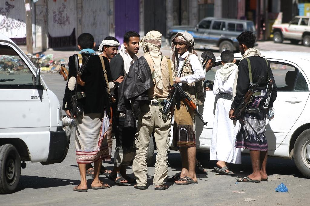 Yemeni tribal gunmen from the Popular Resistance Committees loyal to fugitive President Abedrabbo Mansour Hadi gather on a street in the southern city of Taez during ongoing clashes with Shiite Huthi rebels on May 6, 2015