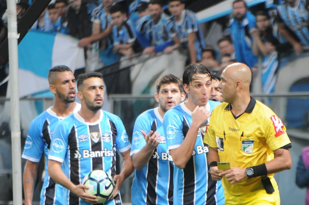 2 - Gremistas exaltam vitória sem sofrer gols, mas alertam para 'vantagem mínima'