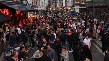 """Coronavirus: une nuit """"hors de contrôle"""" en Angleterre après la réouverture des pubs"""
