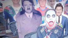 Hitler se glisse parmi les supporters en carton d'un match de rugby, scandale en Australie
